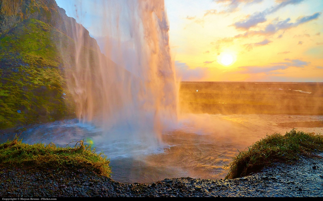 Moyan_Brenn_-_Iceland_Back_view_of_the_Seljalandsfoss_waterfalls